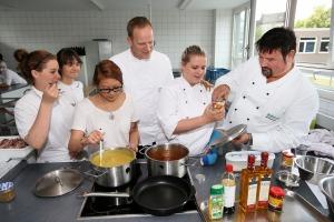 Olaf Schönegge und Ralf Posiombka mit Hotelfachschülerinnen des Berufskollegs Köln-Ehrenfeld